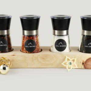 BBQ Geschenkset mit vier JULIBERG Mühlen - Chipotle, Birds Eye BIO Chili, Meersalz Natur, Tellicherry BIO Pfeffer