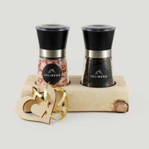 Duo Hot - Meersalz mit BIO Chiliflocken und Tellicherry BIO Gourmetpfeffer serviert auf Zirbenboard 2 in Geschenksverpackung